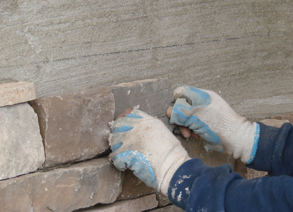 SAKRETE-Stone-Veneer-apply-3